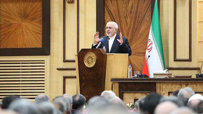 محمدجواد ظریف طی سخنانی در اتاق ایران گفت: همکاری با شرکتهای کوچک و متوسط اروپایی، رشد بخش خصوصی کشور را به دنبال خواهد داشت. وزیر خارجه افزود: ما میتوانیم فشارهای اقتصادی را به افزایش تولید ملی و افزایش صادرات غیرنفتی تبدیل کنیم و به آمریکاییها نشان دهیم که باید اعتیادشان را ترک کنند چون دنیا هم به این نتیجه رسیده است.