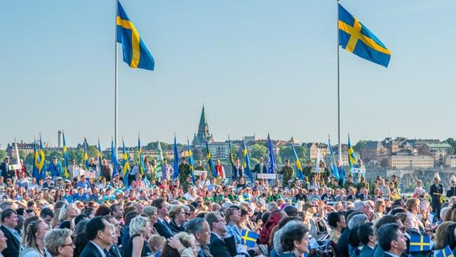 بسیاری از شهروندان سوئدی حتی کودکان این کشور هرگز با خود پول نقد حمل نمیکنند. گردشگران خارجی نیز در این کشور نیازی به استفاده از پول نقد ندارند. انتظار میرود در ماه مارس سال 2023، سوئد به اولین جامعه بدون پول نقد  (Cashless Society) جهان تبدیل شود.