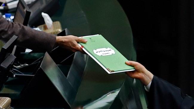 امروز لایحه بودجه ۹۹ کل کشور از سوی حسن روحانی، رئیسجمهور به مجلس تقدیم شد. لایحه بودجه سال آینده، بالغبر ۱۹۸۸ هزار میلیارد تومان است که نسبت به سال جاری، ۱۴ درصد افزایش نشان میدهد. همچنین بودجه عمومی دولت در سال آینده به 563 هزار میلیارد تومان رسیده که ۸٫۲۶ درصد بیش از بودجه عمومی سال جاری است.