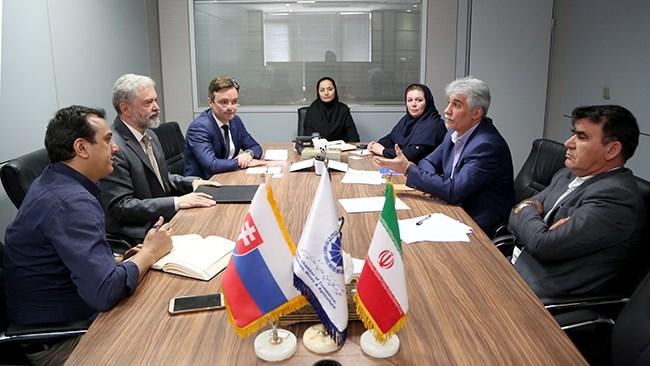 سفیر اسلواکی در تهران در دیدار با معاون بینالملل اتاق ایران از سفر یک هیات تجاری شامل 30 شرکت اسلواک به ایران از دوم تا پنجم تیرماه 1398 خبر داد.
